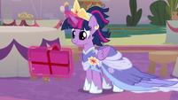 Twilight Sparkle levitating her present S9E26