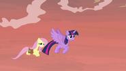 S07E20 Fluttershy i Twilight lecą do dawnego domu Meadowbrook
