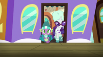 Spike and Rarity getting off the train S9E19