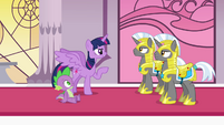 Twilight giving commands to Royal Guards S4E1