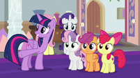 Twilight presenting something to the CMC S8E12