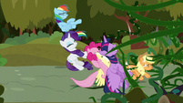Vines knock back the Mane Six S9E2