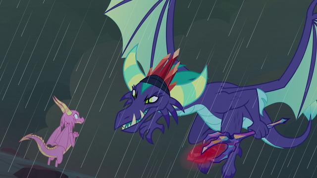 Soubor: Dragon Lord se objeví před váhy S8E16.png