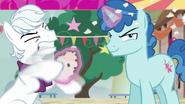 S06E25 Double Diamond niszczy zaproszenie Starlight