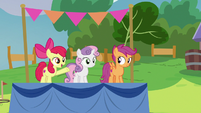 Apple Bloom invites campers to play with Thunderlane S7E21