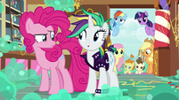 Pinkie Pie notices Rarity's new look S7E19