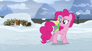 Pinkie Pie ve a Rutherford y a los yaks mecerse T7E11