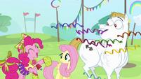Pinkie throws confetti S4E10