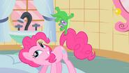 S01E15 Gummy trzyma się ogona Pinkie