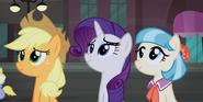S05E16 Applejack, Rarity i Coco oglądają przedstwienie