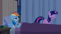 Twilight se retirando do quarto de Rainbow Dash T2E16