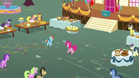 Pinkie and Rainbow at the center of the party S7E23