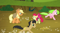 Red Gala and Golden Delicious gallop past AJ and Apple Bloom S5E4