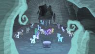 Más ponis zombis rodean a las protagonistas EMC-P1