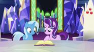 S07E02 Trixie i Starlight patrzą na książkę z zaklęciami