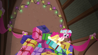 Spirit of HW Presents surfing the collapsing gift pile S6E8