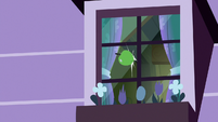Green apple hits Apple Bloom's window S8E25