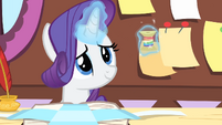 Rarity smiling while levitating the thread S4E08