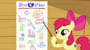S06E19 Apple Bloom wskazuje na planszę