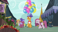 Twisty Pop giving out balloons S8E18