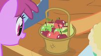 Berryshine gazes at apples S1E03