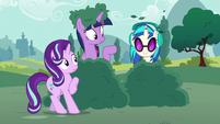 DJ Pon-3 pops out of the bush S6E6