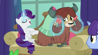 Rarity curling Yona's hair braids S8E2