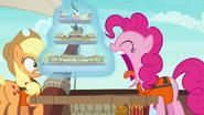 S06E22 Pinkie próbuje zjeść całe jedzenie