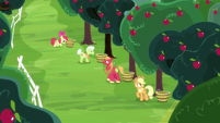 Applejack and family bucking apples S8E18