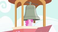 Pinkie Pie tocando o sino com sua cabeça T4E03