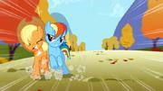 S01E13 Rainbow popycha Applejack