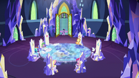 Twilight meets her friends in the throne room S8E2
