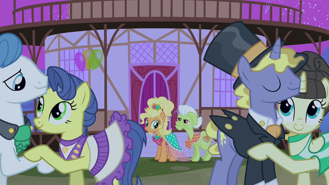 Datei:Applejack and Granny Smith looking at ponies dancing S4E13.png