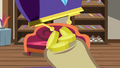 Bits dropping into Davenport's hoof S7E19.png