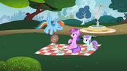 S02E08 Klacze słuchają Rainbow