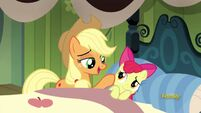 S05E04 Applejack usypia Apple Bloom