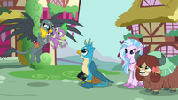 Spike and Gabby happy with their photo S9E19