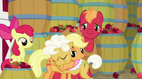 Applejack hugging Goldie goodbye S9E10