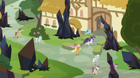 Main ponies race to Sugarcube Corner S9E2