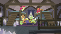 Apple family settling in at the Pie house S5E20