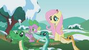 S01E11 Fluttershy i Spike patrzą na węże
