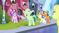 Silver Medal notices his mane is gone S7E19