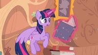 Twilight voa enquanto lê um livro T4E03