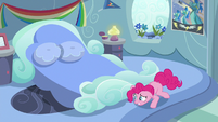 Pinkie Pie looks under Rainbow Dash's bed S7E23