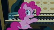 Pinkie Pie sentada em frente a um orgão de tubos T4E03