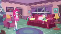 Pinkie Pie tosses off her oven mitts EGDS3