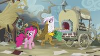 Pinkie alerts Gilda about Rainbow S5E8