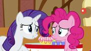 S06E15 Rarity prosi Pinkie o pomoc