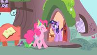 Pinkie singing to Twilight 2 S1E25