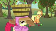 S07E09 Apple Bloom z koszem na głowie